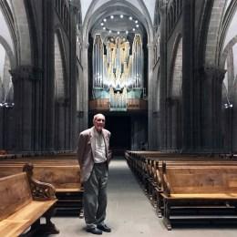 Paul-Louis Siron devant l'orgue Metzler