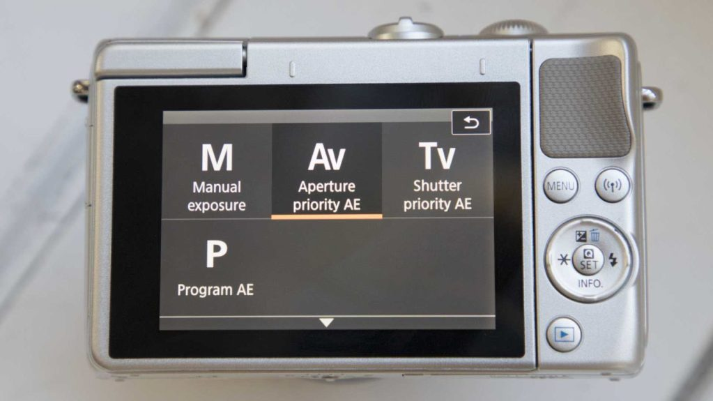 Canon EOS M100 review back with exposure modes screen