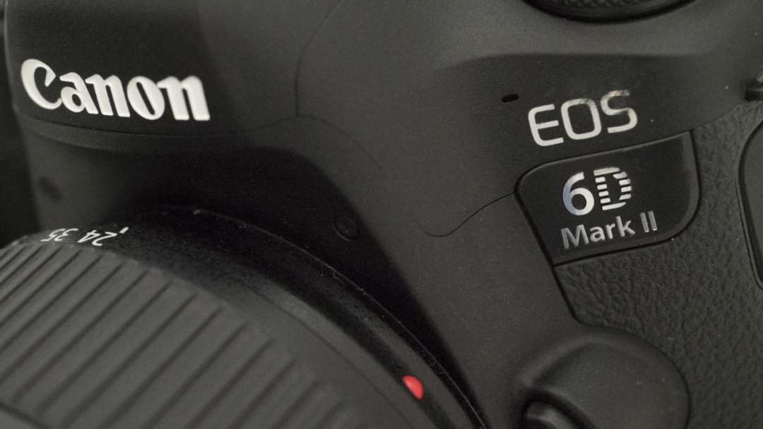 Canon EOS 6D Mark II Review: Badge