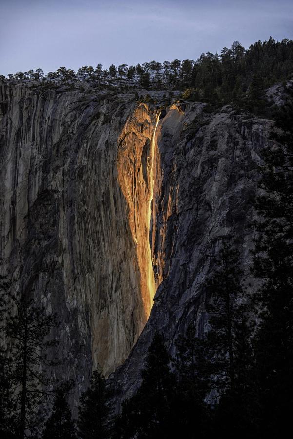 Каждый год в феврале водопад «Лошадиный хвост» превращается в «Огненный водопад»