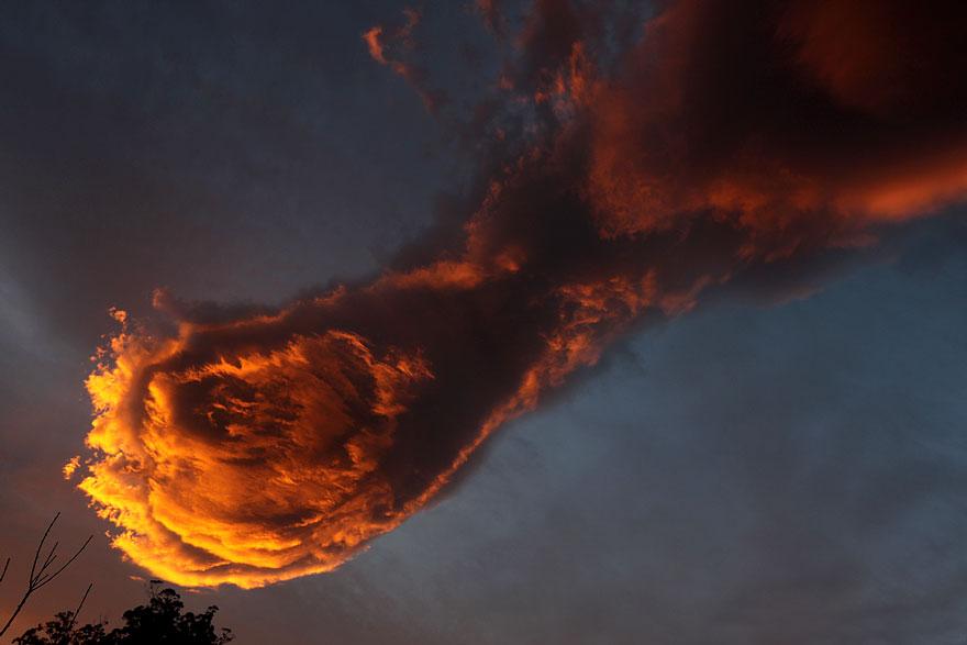 Над Португалией сфотографировали потрясающее огненное облако «Рука Бога»-2