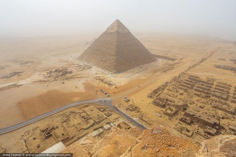 podrostok vzobralsya na piramidu Gizy 7