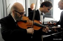 Priprava v garderobi, goslar in vodja viol, Viliem Demšar.