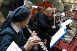 Orkestru sta se pridružili še dve flavti...