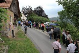 Kljub vremenu, ki je zahtevalo dežnike, se je to soboto pod cerkvijo zbralo veliko ljudi...