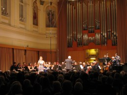 Barbara Čokl z orkestrom.