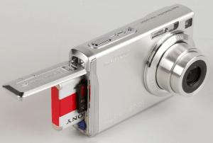 Sony DSC-W200 Manual (battery slot)