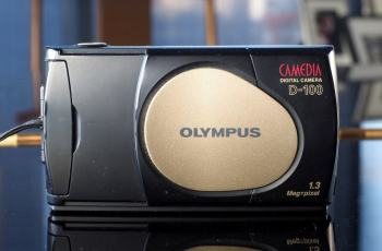Olympus D-100 Manual - camera with lens cover closed