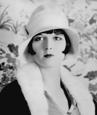 "Atriz Louise Brooks em 1926 usando corte ""la garçonne"" e chapéu Cloche"