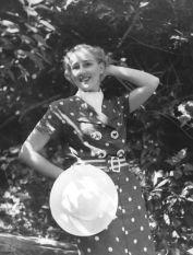 Woman_posing_in_a_1930's_polka-dot_dress Modelo posando para revista de moda dos anos 30.
