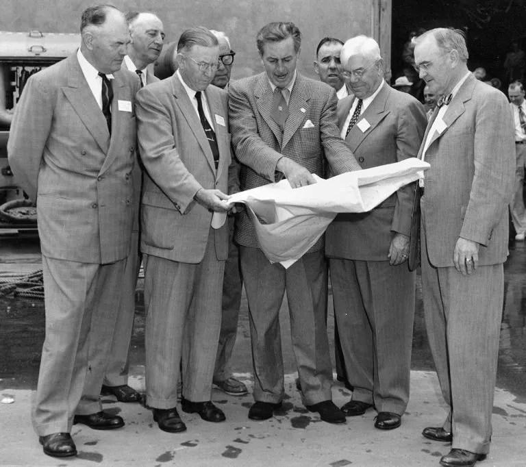 Walt Disney avec les plans de Disneyland en 1954