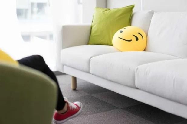 coussin smiley sur un canapé