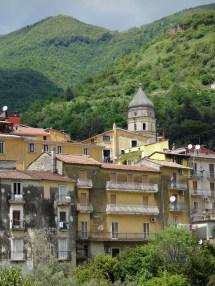 Campagna au pied des montagnes du parc régional des monts Picentini
