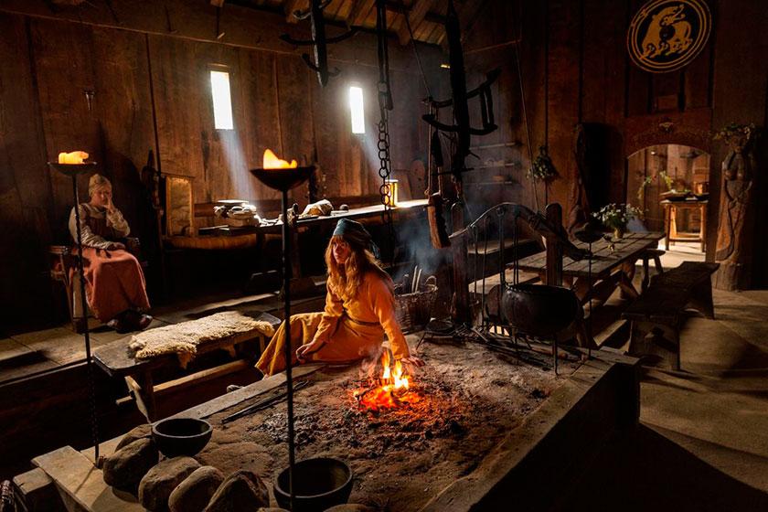 Escena del interior de una de estas viviendas vikingas