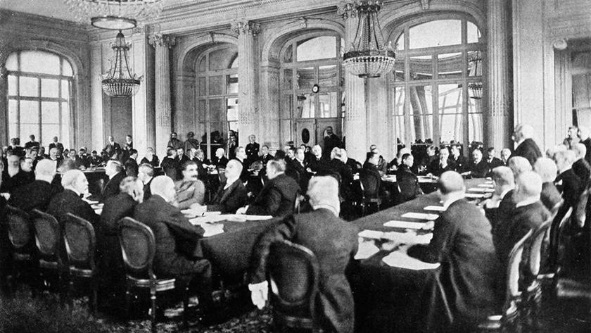 Una de las reuniones, con Clemenceau en pie.