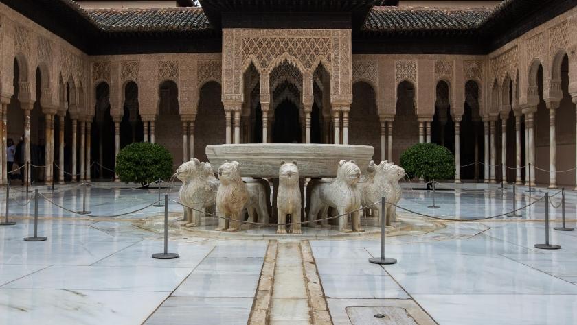 Patio de los leones en La Alhambra, construido por orden de Muhammad V, tras la muerte de Pedro I