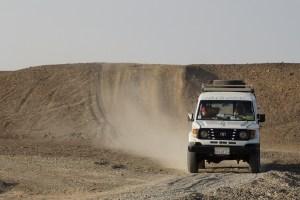 imagem-de-caminhonete-no-deserto