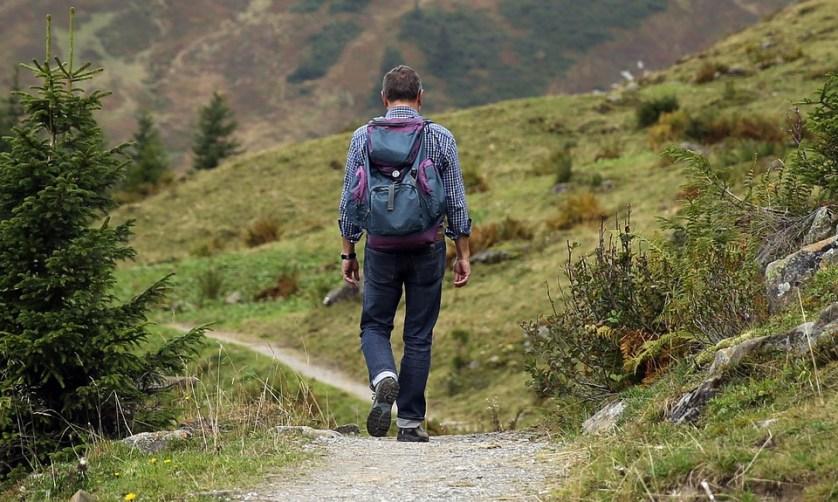 imagem-de-homem-com-mochila-caminhando