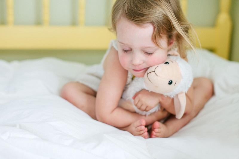 imagem-de-criança-com-brinquedo-de-pelucia