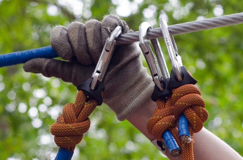 imagem-de-mão-com-luva-segurando-cabo-de-aço