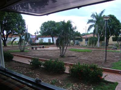 Visão da praça Silvio Ferreira, em frente a igreja Catedral São Jose de Coxim- MS