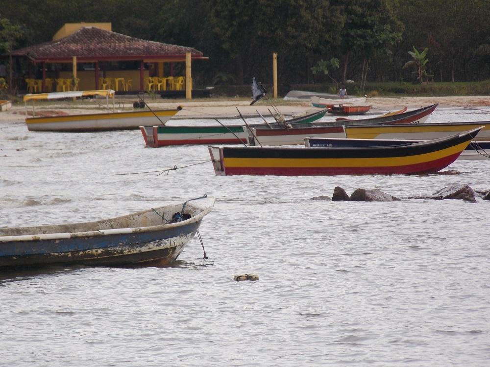 barcos coloridos enfeitão a beira da praia - Aventuras em Caragua – 05 de outubro de 2016