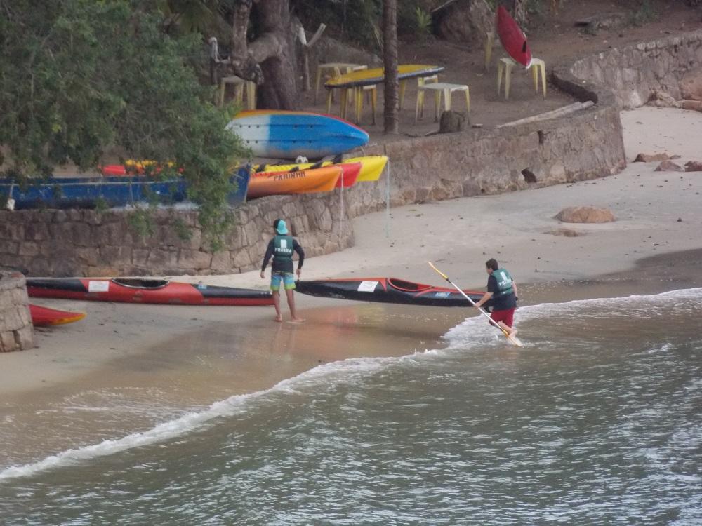 caiaques chegando a beira da praia - Aventuras em Caragua – 05 de outubro de 2016