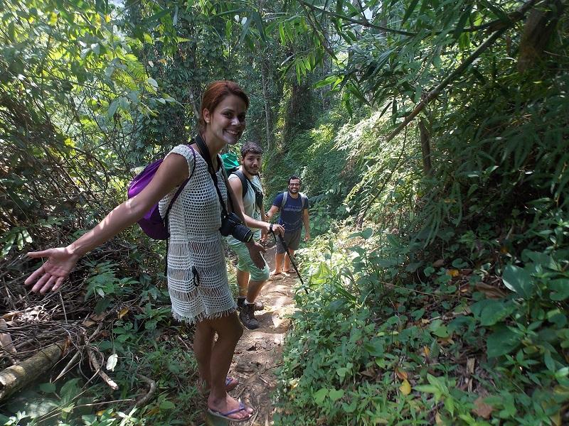 trindade e suas belezas naturais foto de pessoas em caminhada pela trilha - Trindade. Belezas naturais praias e cachoeiras em harmonia.