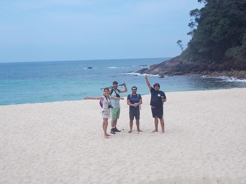trindade e suas belezas naturais foto de pessoas reunidas na praia - Amigos pra vida toda, Bruno, Beth e Daniel.