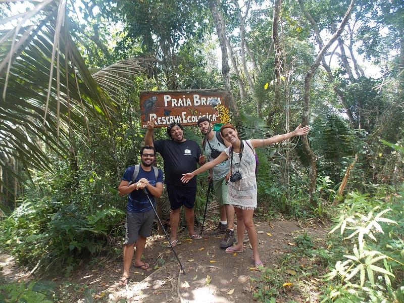 trindade e suas belezas naturais pessoas reunidas em trilha - Amigos pra vida toda, Bruno, Beth e Daniel.