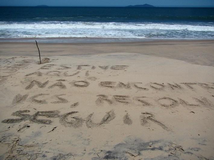 Recado que deixei na praia e ao fundo as Ilhas Vitória e Búzios