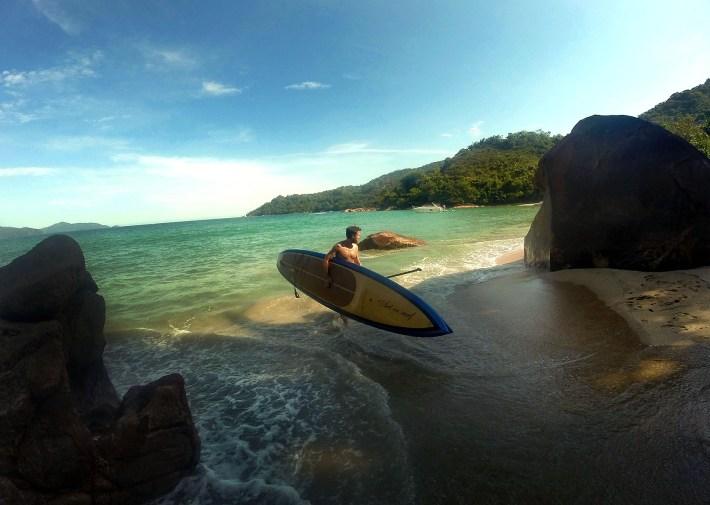 Chegando de SUP na Praia Brava do Sul, em Ubatuba