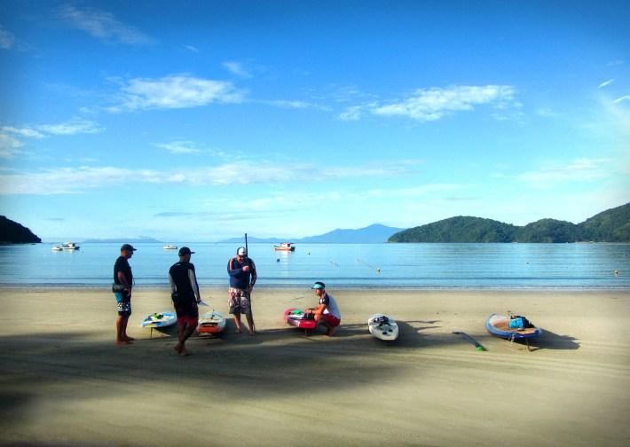 Últimos preparativos para a travessia de SUP da Praia da Enseada até a Ilha Anchieta