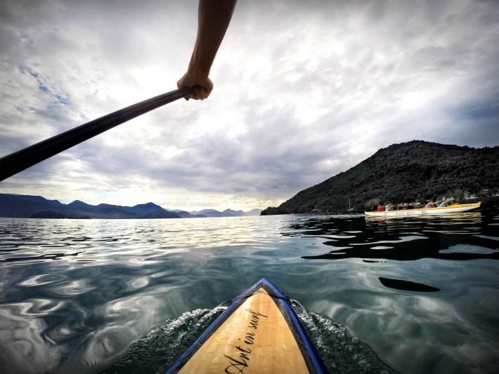 Passando por uma canoa havaiana, em Itaguá