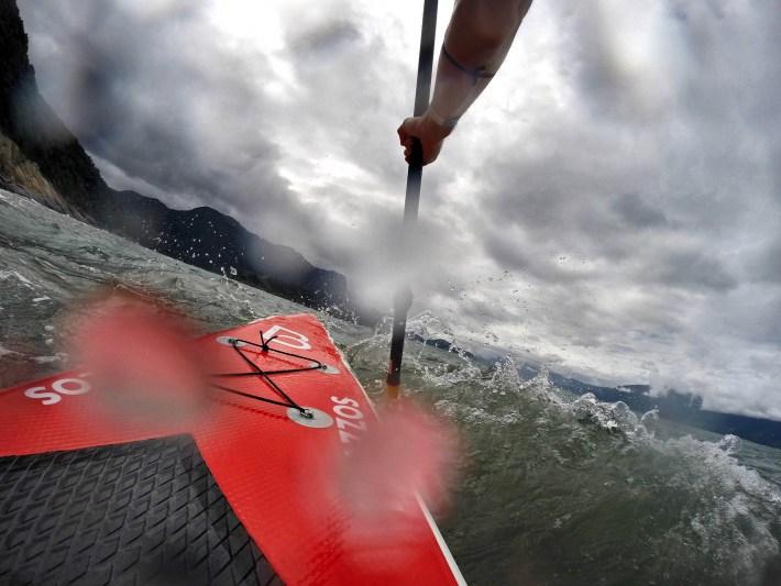 Lutando contra vento e ondas na parte de trás da Ilha de Toque-Toque Grande