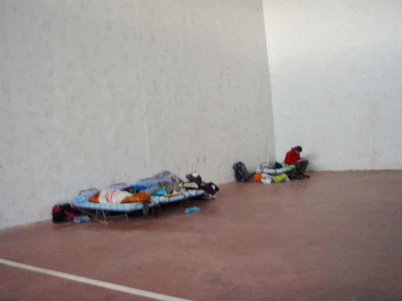 507オルニージョス体育館、泊まる、簡易ベッド