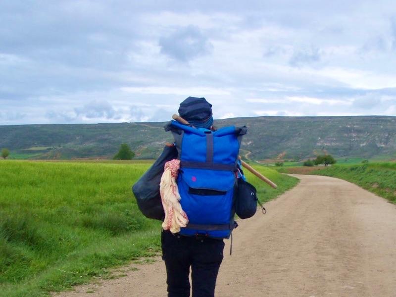 509カミーノサンティアゴ巡礼女性一人歩くカスティージャ