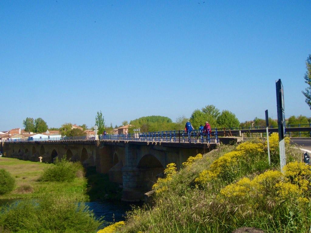 516 カミーノ サンティアゴ巡礼 レオン 橋渡るべいさん1