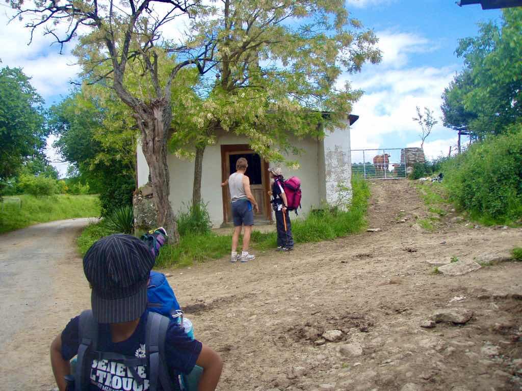 530 スペイン巡礼 サモス 田舎道 古い教会c 外12A
