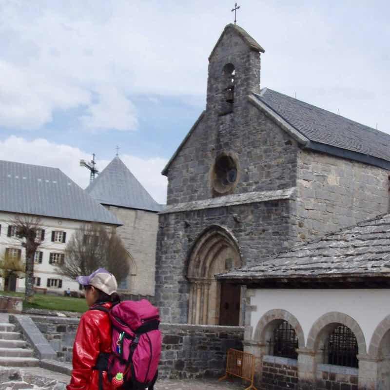 417 カミーノ スペイン巡礼 ロンセスバージェス 石の教会1