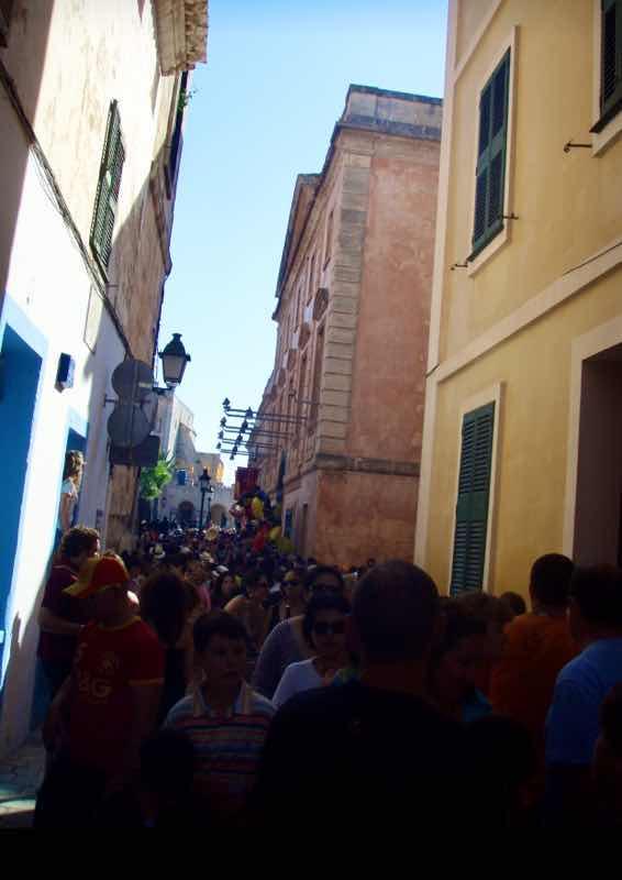 623メノルカ島 サン•フアン 馬祭り Menorca 街の群衆 路地