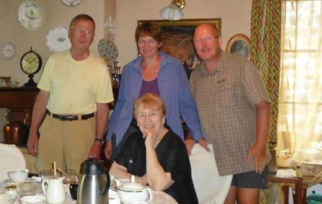 Gruppenfoto am Frühstückstisch mit Matthias bei Mme Bigot