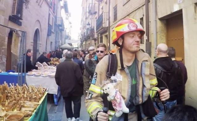 Feuerwehrmann Michael ist kein gewöhnlicher Pilger auf dem Jakobsweg. Mit Einsatzkleidung, Helm und Atemschutzgerät will er 880 Kilometer zu Fuß zurücklegen.