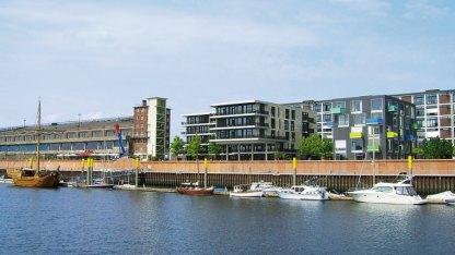 Während die großen Schiffe in Bremerhaven festmachen, hat sich das Bremer Hafengebiet im Nordwesten der Stadt zu einem modernen Wohnviertel am Wasser gewandelt.