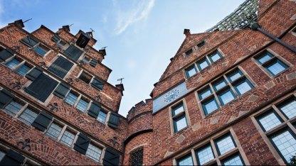 Der Architekt und Kunsthandwerker Bernhard Hoetger hat die meisten Häuser der Böttcherstraße entworfen.