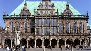 Das Rathaus steht gegenüber der Handelskammer. Von 1405 bis 1408 im gotischen Stil erbaut, erhielt es 200 Jahre später seine heutige Fassade im Stil der Weser-Renaissance.