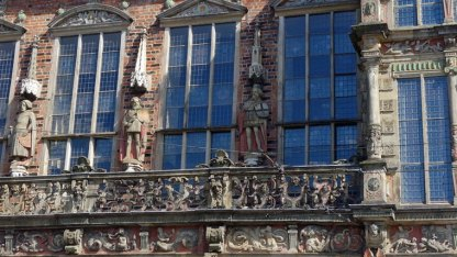 An der Fassade lassen sich Hunderte Details entdecken. Figuren, Symbole und Verzierungen. In dem Gebäude hat noch immer der Bürgermeister seinen Amtssitz.