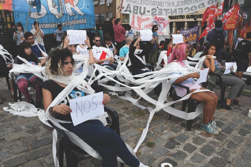 Se envuelven en papel de baño para protestar