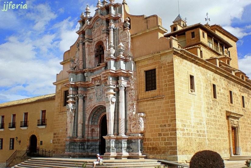 Fachada barroca de la Basílica-santuario de la Santa Vera Cruz en el castillo.