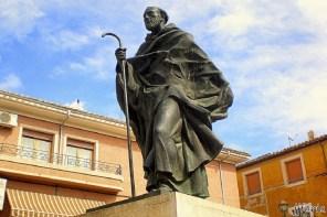 Monumento a San Juan de la Cruz en la plaza del mismo nombre frente al convento de los carmelitas descalzos.
